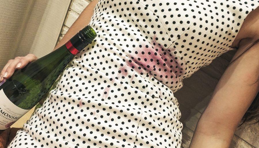 Как вывести пятна от красного вина?