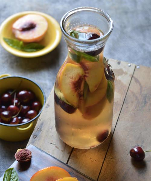 рецепт Сангрии с персиками и черешней