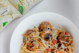 паста с фрикадельками в томатном соусе